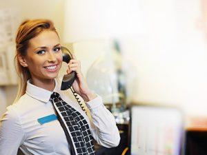 Empfangsdienst Frau am Telefon